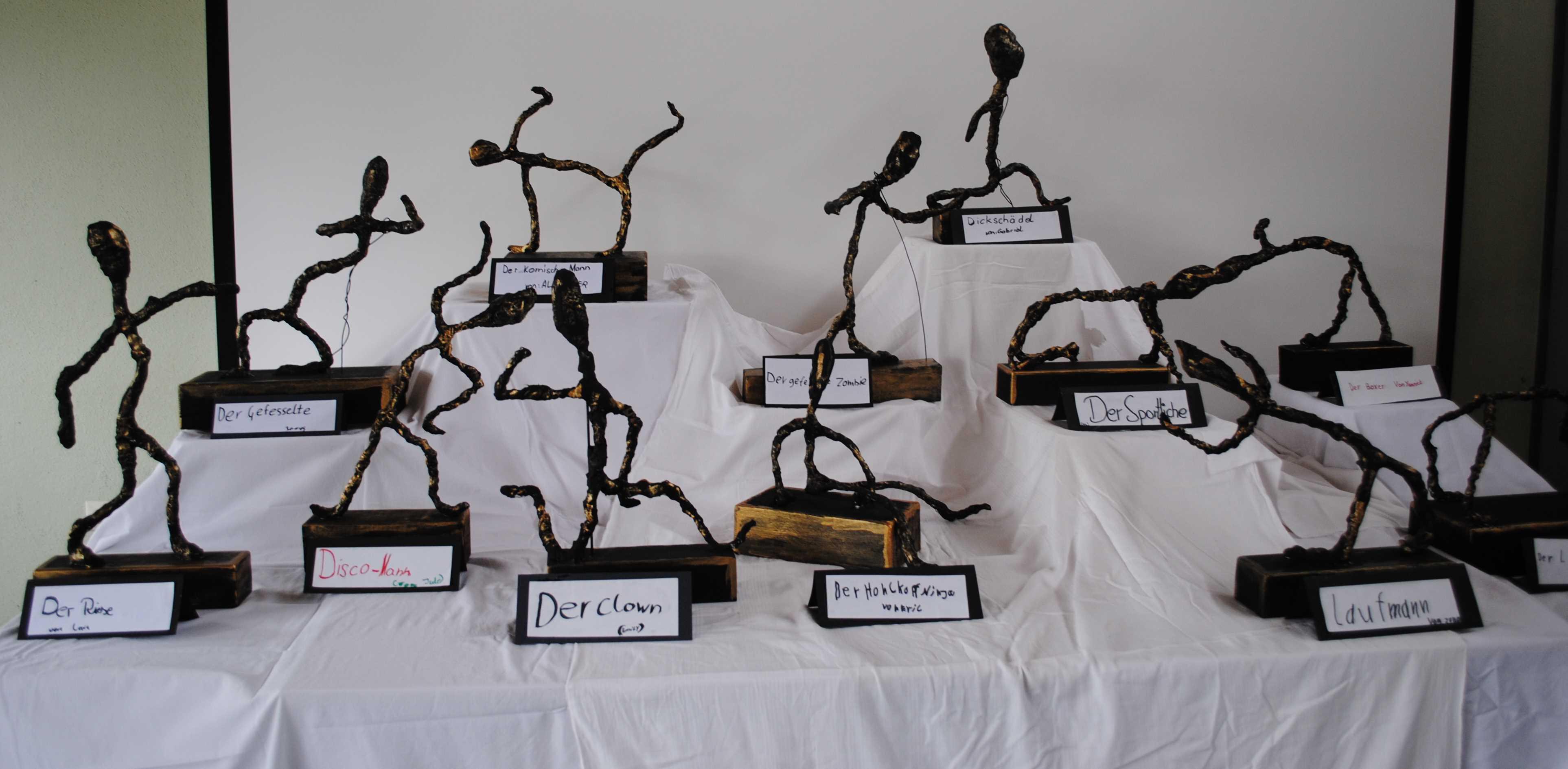 Schülerskulpturen nach Alberto Giacometti.