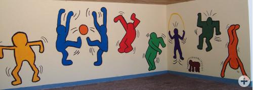 """Die neue """"Keith-Haring-Wand"""" im Pausenhof."""
